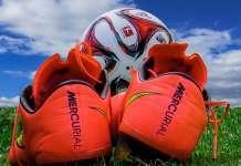 Piłka nożna oraz buty do gry na trawie