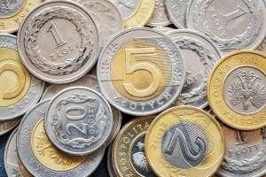 stos polskich złotych, z pięciozłotówką z przodu