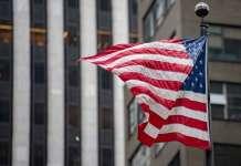Flaga USA na tle budynku