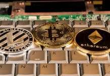 monety kryptowalutowe leżące na klawiaturze