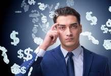 Mężczyzna w garniturze na tle spadających symboli dolara amerykańskiego