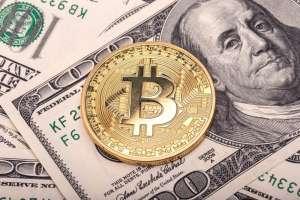 Moneta BTC leżąca na dolarze amerykańskim