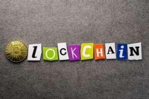 napis blockchain ułożony z klocków