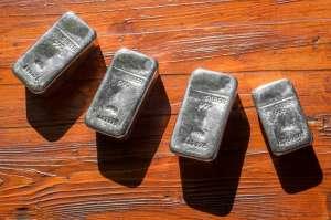 Cena srebra taniała razem z kursem złota. Spadek o 10%