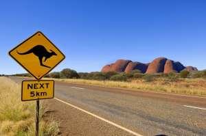 Droga w Australii i znak ostrzegawczy z kangurem