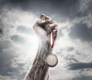 Ręka trzymająca zwycięski medal