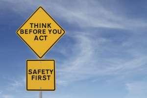 znaki drogowe z ostrzeżeniami dla inwestorów na tle nieba