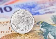 Moneta dolara nowozelandzkiego (NZD) z ptakiem kiwi ustawiona na banknocie