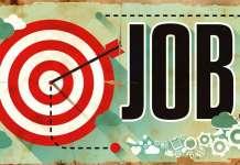 Napis JOB przy tarczy łuczniczej z wbitą strzałą