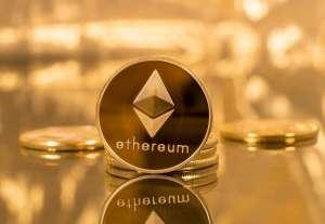 złoty token Ethereum na złotym tle