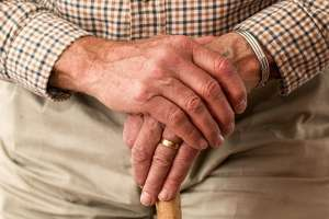 Ręce starego człowieka na lasce