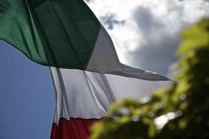 Flaga Włoch powiewająca na wietrze