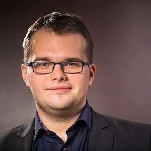 Tomasz Jaroszek, autor bloga Doradca.tv spogląda prosto w obiektyw