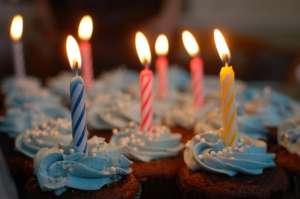 Tort urodzinowy z siedmioma świeczkami