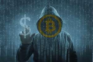 Mężczyzna z kapturem na głowie i logiem Bitcoina zamiast twarzy wskazuje na symbol dolara amerykańskiego