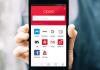 Smartfon w dłoni z uruchomioną przeglądarką Opera