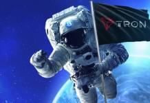 Astronauta z flagą z logo TRON