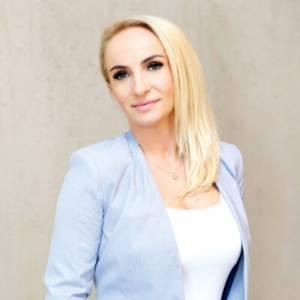 Paulina Woźniak patrząca w obiektyw