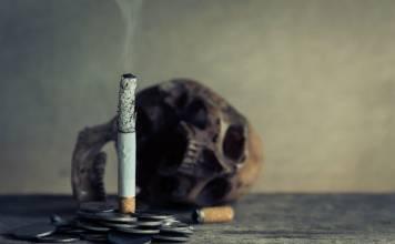 czaszka i zapalony papieros