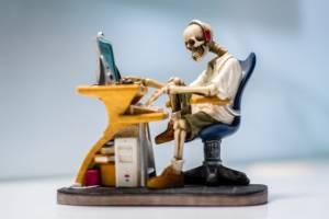 trup siedzący przed komputerem