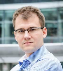 Radosław Chodkowski autor bloga humanista na giełdzie spogląda prosto w obiektyw