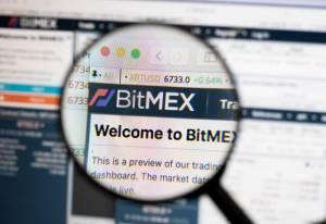 Lupa powiększająca skierowana na logo giełdy kryptowalut Bitmex