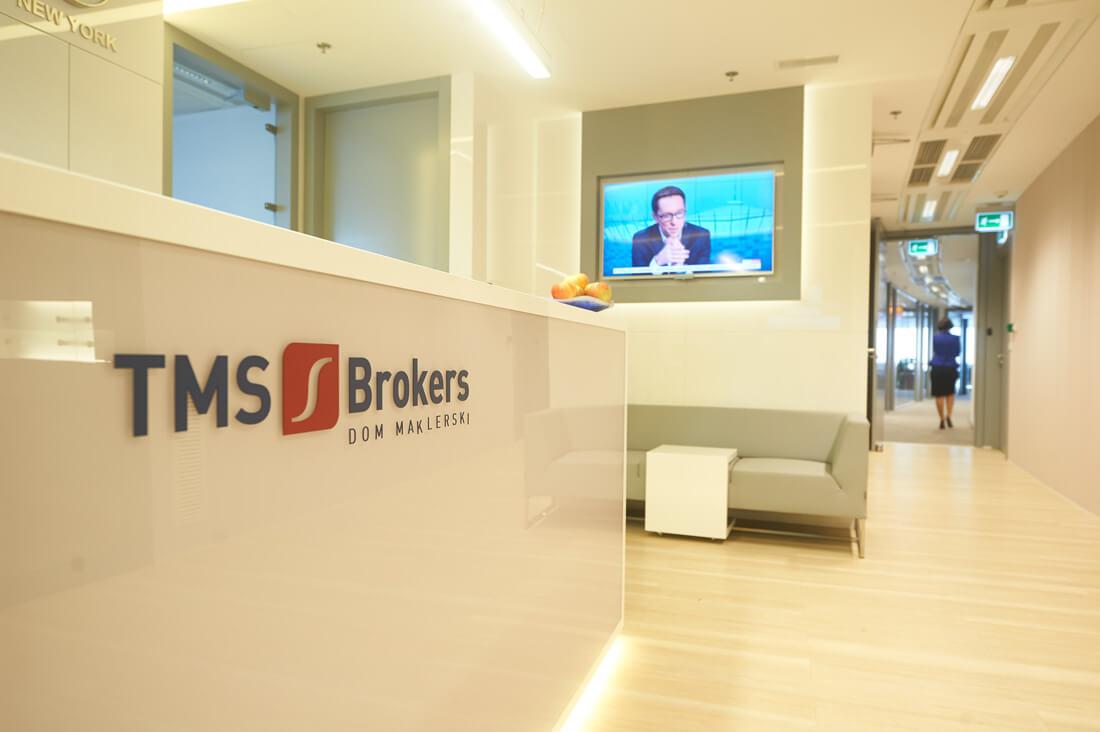 Logo TMS Brokers w siedzibie domu maklerskiego