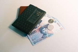 Banknoty i monet rupii indonezyjskiej IDR