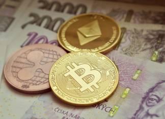 Monety Bitcoin, Ethereum i Ripple na banknotach