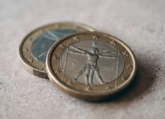 monety euro leżące jedna na drugiej