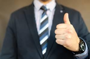 Gest uniesionego kciuka wypycha funta na sesyjne maksima