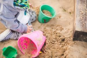 Dziecko bawiące się w piaskownicy