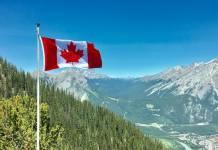 Flaga Kanady na tle górskiego krajobrazu