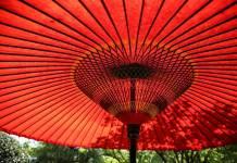 czerwony parasol patio