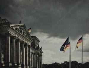 niemiecka flaga na tle nieba