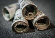zwinięte banknoty 100 PLN
