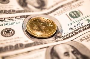 moneta Bitcoin na banknocie dolara