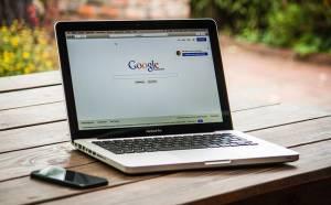 Strona wyszukiwarki Google na ekranie komputera