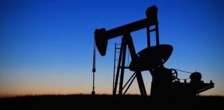 Szyby wydobywcze ropy na tle zachodzącego słońca wiadomosci