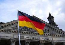 Flaga Niemiec na tle budynku