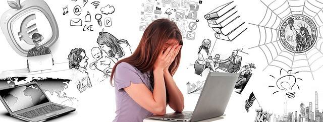 kobieta laptop rozpacz żal