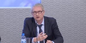 Prof. Eryk Łon przemawiający podczas konferencji prasowej po posiedzeniu RPP
