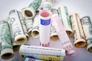 Banknoty euro oraz dolary
