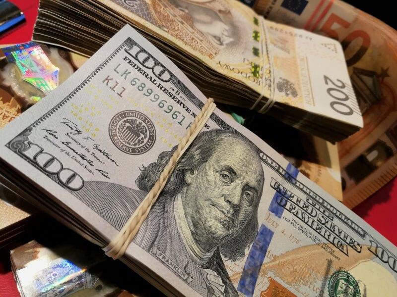 Kursy walut dolar, euro, funt i franka słabną. Mocny złoty (PLN) podczas ostatniej sesji tygodnia