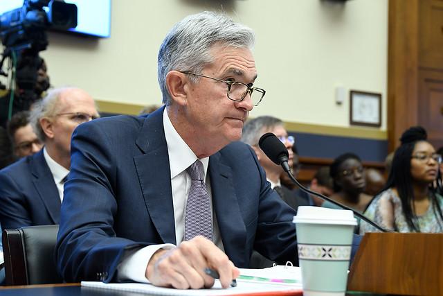 """Kurs dolara (DXY) wyznaczył nowy dołek. Perspektywy są""""niezwykle niepewne"""", mówił szef Fed Jerome Powell"""