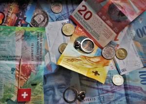 Kurs franka szwajcarskiego zyskuje do polskiego złotego w poniedziałek o poranku 4 maja