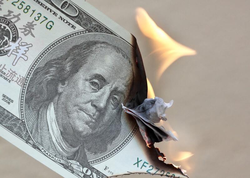 Kurs dolara USD szoruje po dnie. Inwestorzy wyceniająkolejną obniżkę stóp procentowych przez Fed