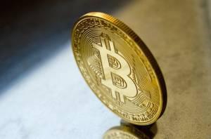 Bitcoin w dół o 500 dol. Silny kurs dolara osłabił BTC