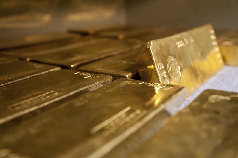 Złoto i srebro pod presją zaskoczenia z amerykańskiego rynku pracy