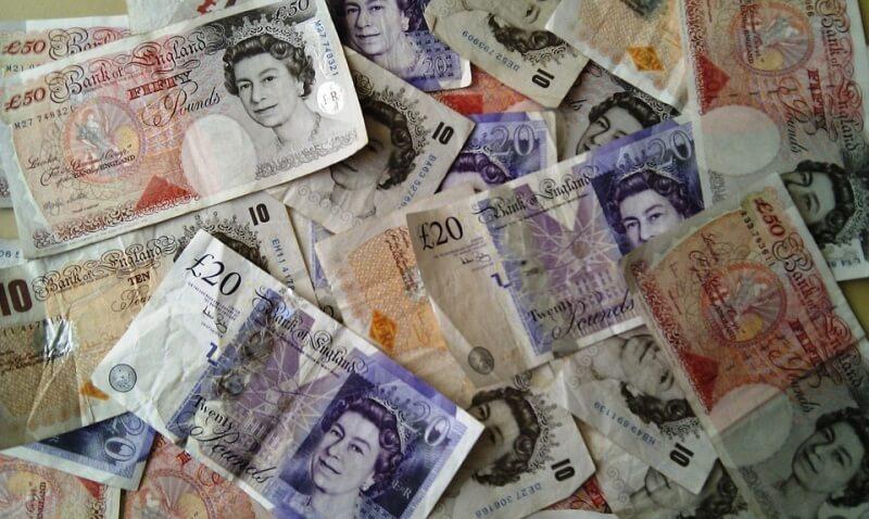 Kursy walut zyskują w piątkowy poranek. Dolar, euro, funt i franka silniejsze od złotego (PLN)
